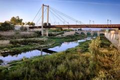 GANDIA (VALENCIA), 14/09/2017.- Río Serpis y pasarela. Sendes Urbanes de Gandia. Senda Turquesa. FOTO: NATXO FRANCÉS