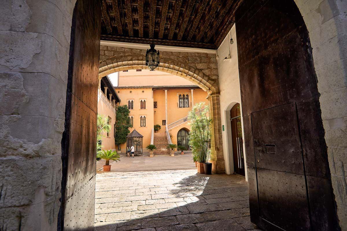 Porta del Palau Ducal amb el pati d'armes al fons.