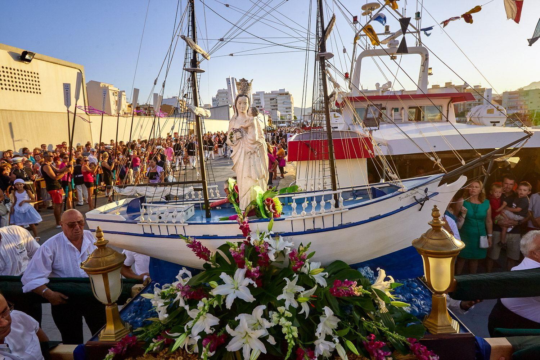 Festeros del Grao descargando a la virgen a su llegada al puerto de Gandia