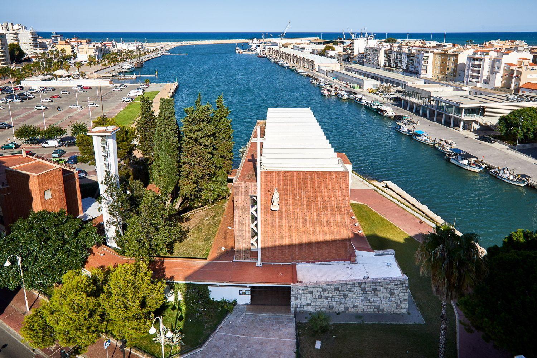 Iglesia de Sant Nicolau con la imagen del puerto de Gandia de fondo