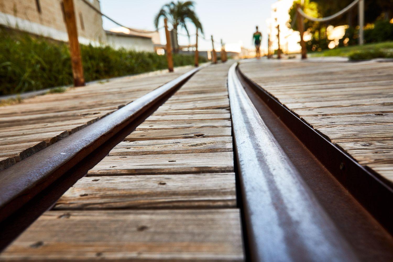 Via le chemin de fer où le train de marchandises a circulé au port de Gandia